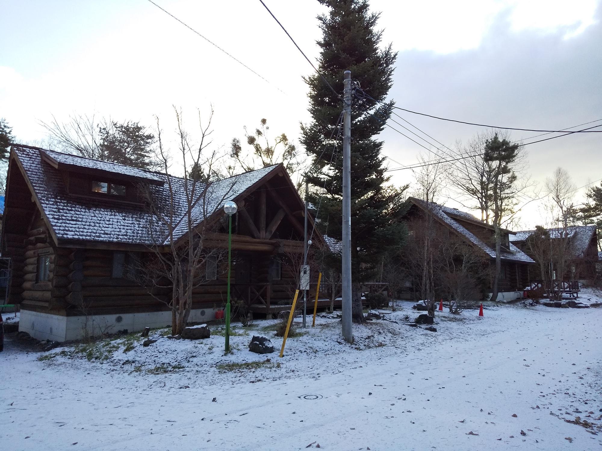 初冠雪の大型ログハウス